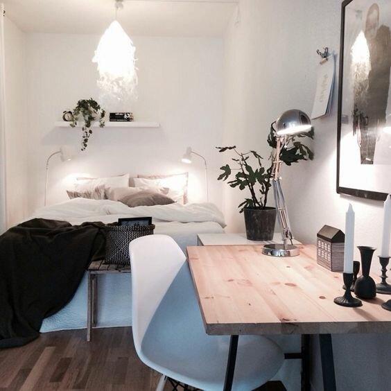 petite chambre avec un bureau
